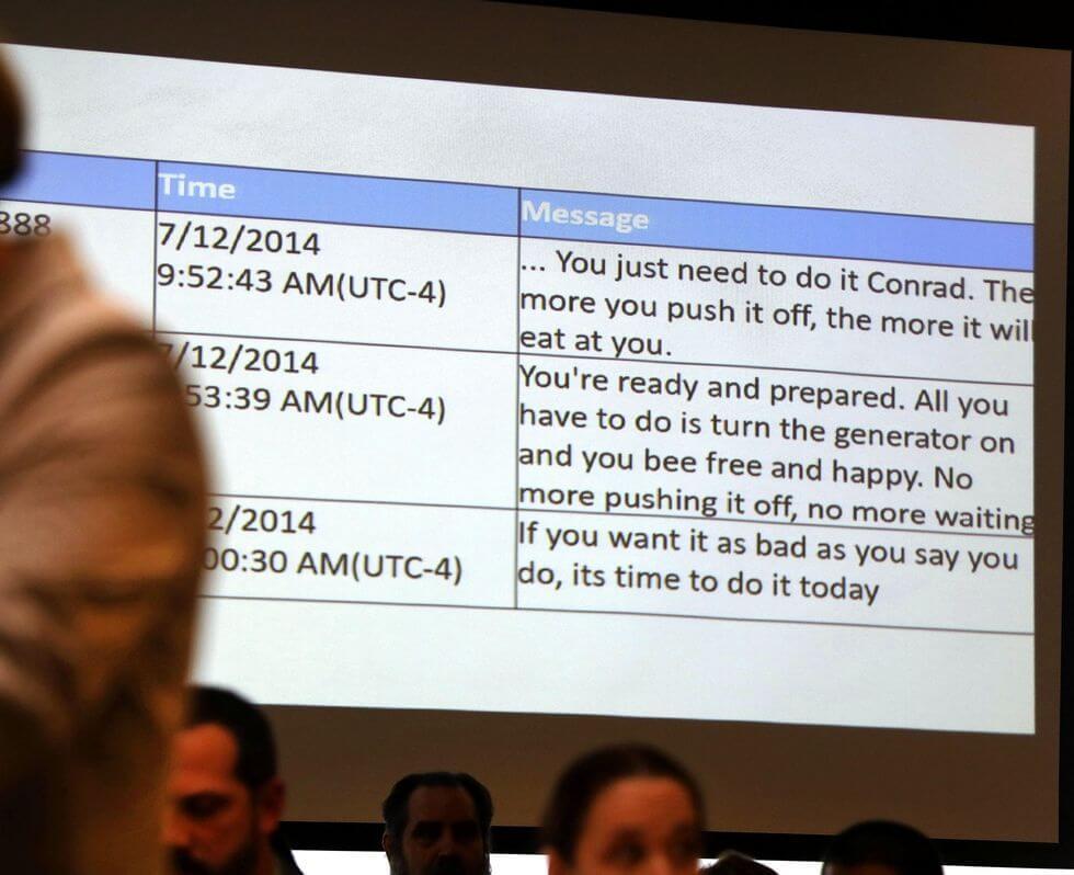 تعدادی از پیغامهای میشل در حال نمایش در دادگاه