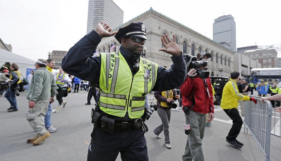 https://cdn.theatlantic.com/assets/media/img/photo/2013/04/photos-of-the-boston-marathon-bombing/b07_12780160/main_900.jpg?1420510140