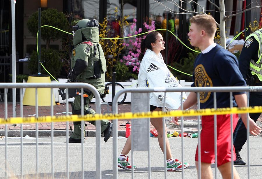 https://cdn.theatlantic.com/assets/media/img/photo/2013/04/photos-of-the-boston-marathon-bombing/b13_66666007b/main_900.jpg?1420510143