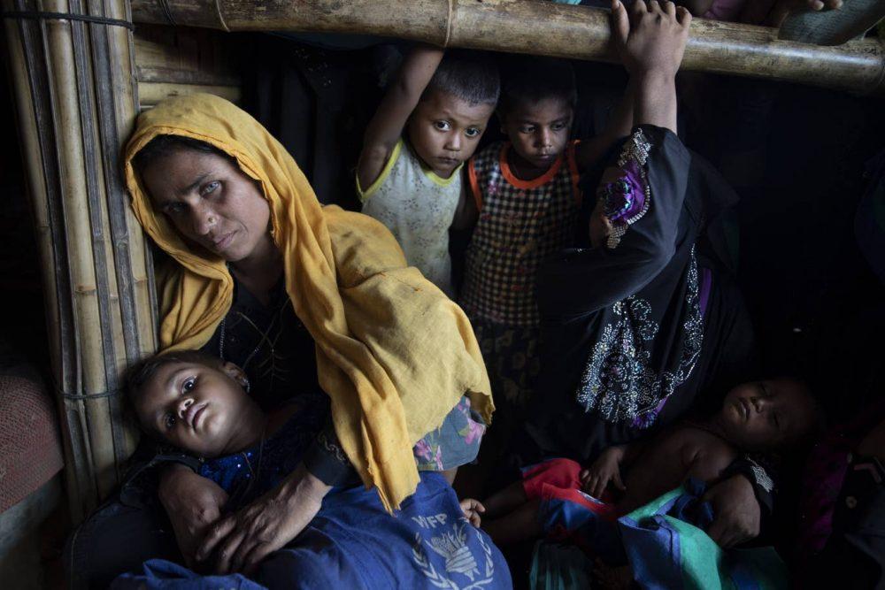 زن روهینجایی قربانی نسلکشی و فرزندانش در انتظار توزیع قضای آماده سازمانهای امدادی